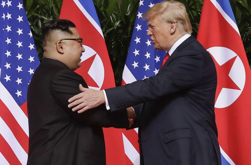 Donald Trump schüttelt Kim Jong Un bei einem historischen Treffen die Hand. Foto: dpa/Evan Vucci