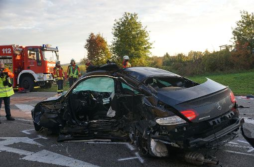 Zwei Menschen sterben bei schwerem Crash
