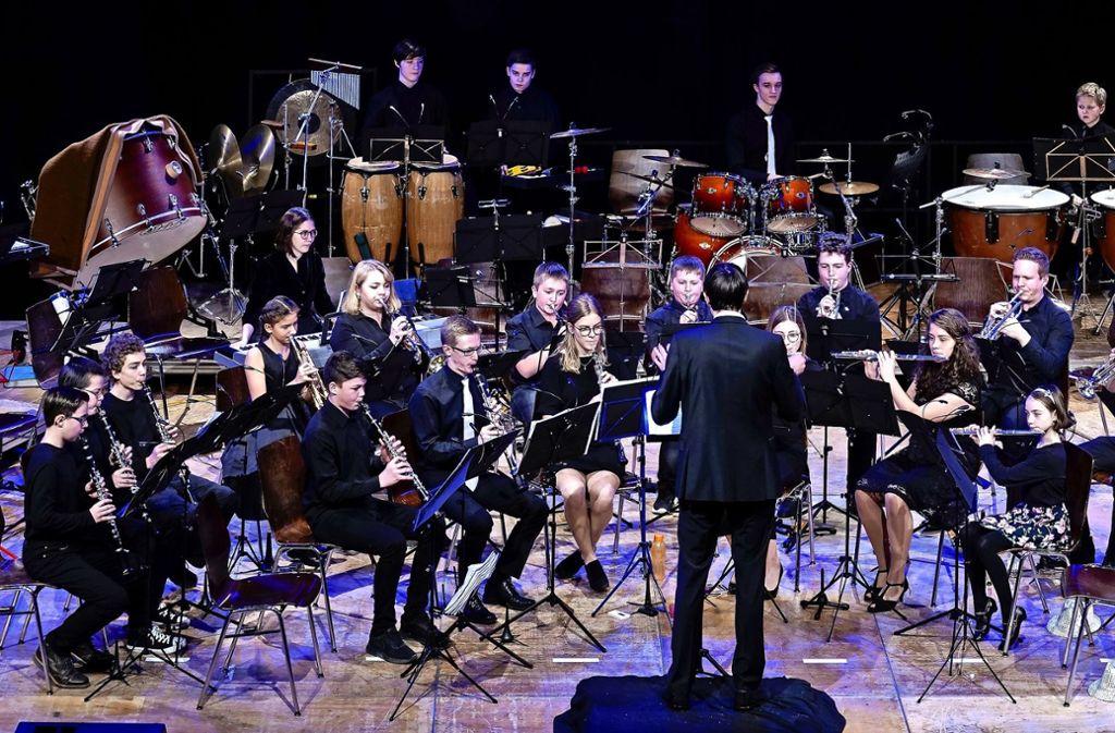 """Das Jugendorchester heizt dem Publikum mit """"Y.M.C.A"""" und anderen beliebten Hits kräftig ein. Foto: factum/Jürgen Bach"""