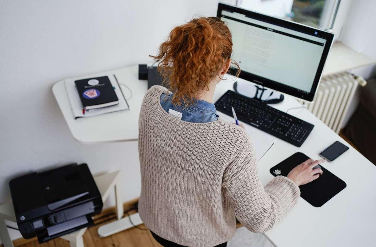 Arbeitnehmer, die im Stehen arbeiten, sollten darauf achten, dass die Bildschirme in der Höhe verstellbar sind und sich die Neigungswinkel nach vorne und hinten anpassen lassen. Foto: dpa/Uwe Anspach