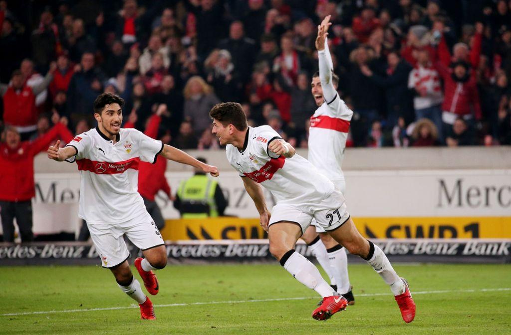 Mario Gomez (Bildmitte) lässt sich bejubeln, dabei hat der Berliner Niklas Stark den Ball ins Tor bugsiert. Foto: Pressefoto Baumann