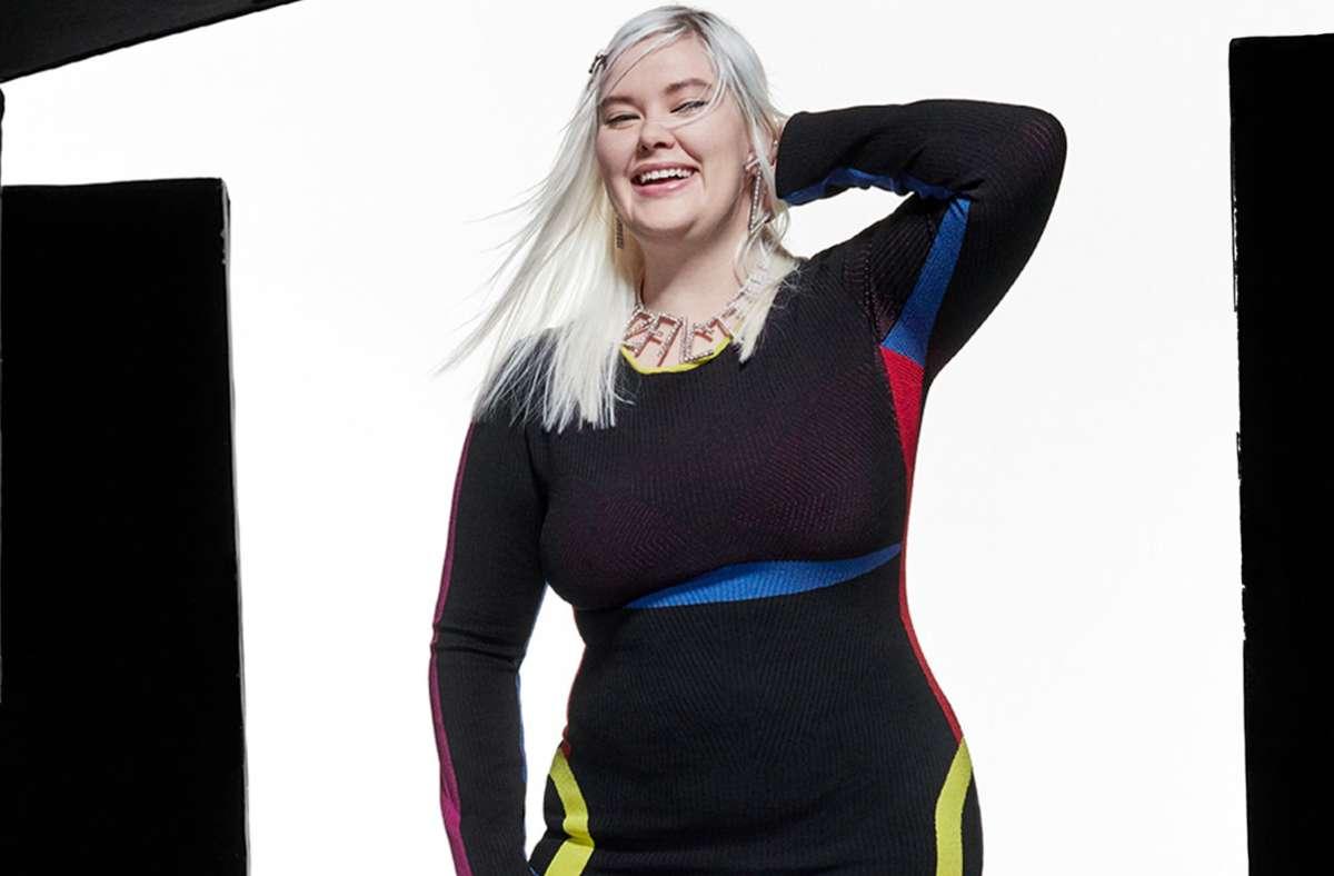 Ein Model präsentiert eine Kreation des Labels AZ Factory bei der Haute Couture Fashion Week 2021. Foto: dpa