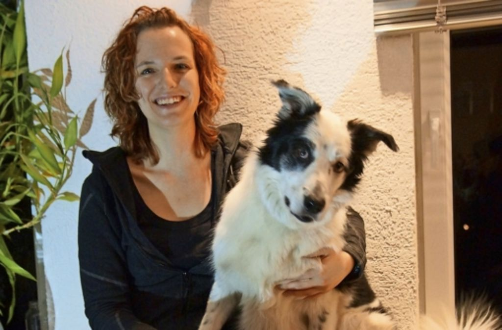 Anja Schmauder und ihr Mischlingsrüde Leo sind in einer Rettungshundestaffel Filder und Umgebung aktiv. Foto: Waltraud Daniela Engel