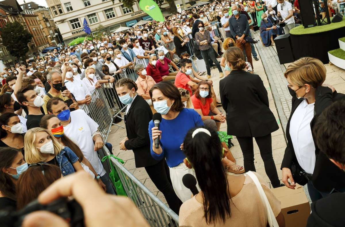 Sucht das Gespräch: Die Kanzlerkandidatin der Grünen, Annalena Baerbock (im blauen Oberteil), umgeben von Sicherheitskräften  auf dem Marienplatz. Foto: Lichtgut/Julian Rettig