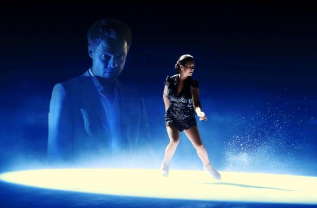 Ein Stalker (Matthias Koeberlin) verfolgt die Eiskunstläuferin (Katarina Witt) Foto: Sat1