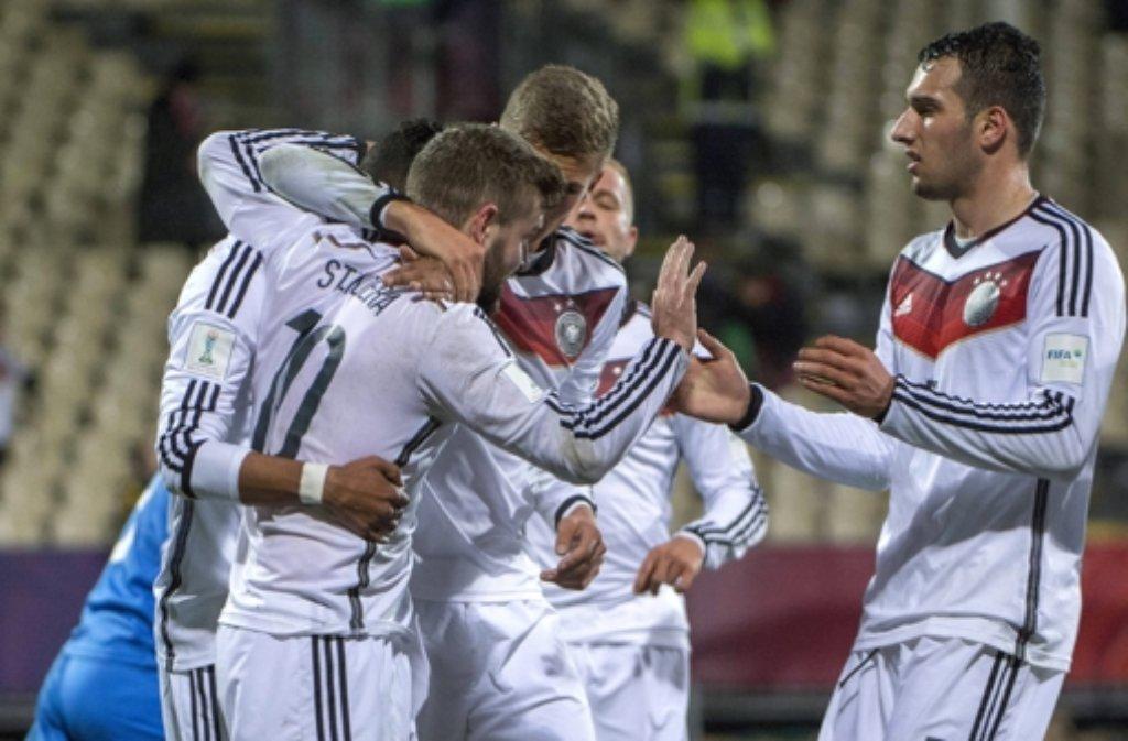 Die deutsche U20-Nationalmannschaft bejubelt bei dem WM in Neuseeland den 3:0-Erfolg gegen Usbekistan.  Foto: SNPA