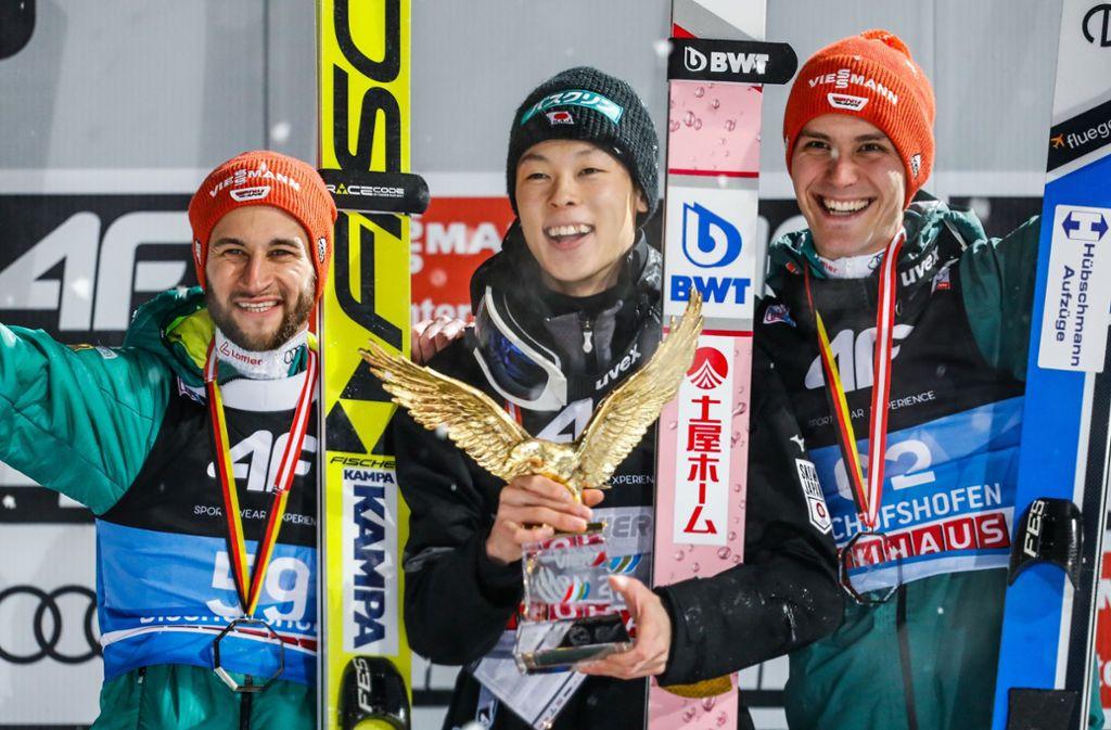 Strahlende Sieger: Tournee-Triumphator Ryoyu Kobayashi (Mi.) mit den deutschen Skispringer Markus Eisenbichler (li.) und Stephan Leyhe. Foto: Getty