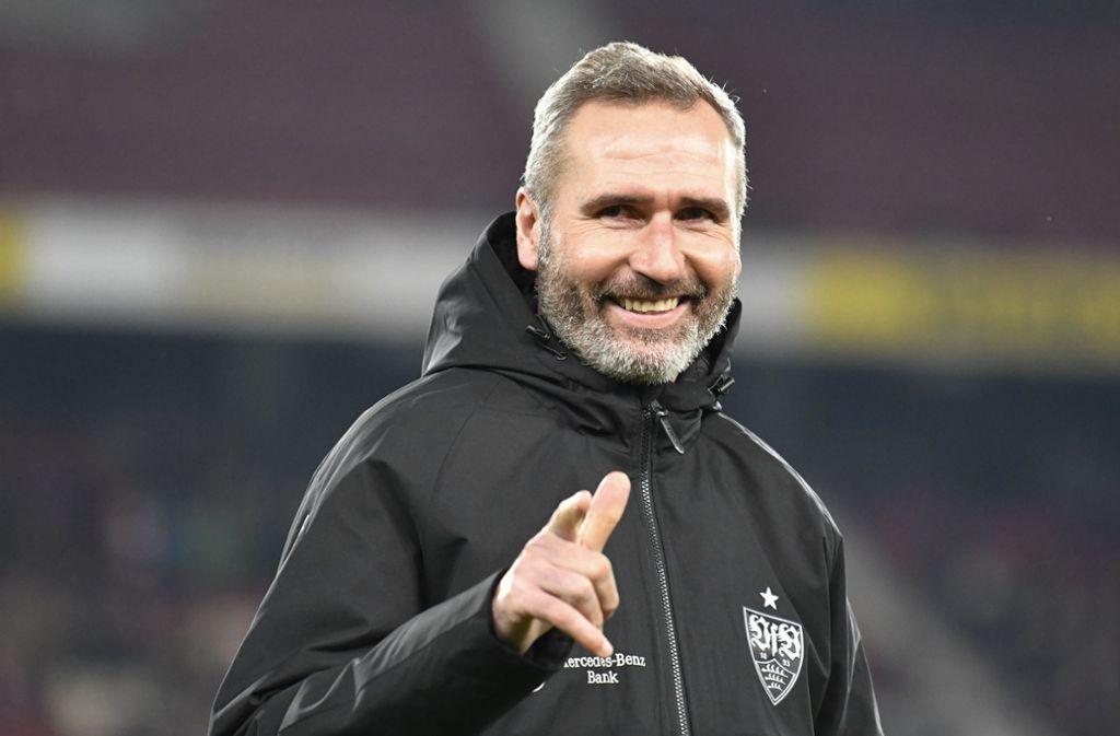 Der VfB-Trainer Tim Walter hat Grund zur Freude. Sein Team hat drei Tore erzielt und drei Punkte eingefahren. Foto: dpa/Thomas Kienzle