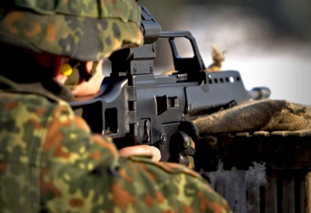 Das  Sturmgewehr G36 (rechts Foto von einer Übung) hat den Hersteller Heckler & Koch in die Schlagzeilen gebracht – in Oberndorf nimmt man das gelassen. Foto: dpa