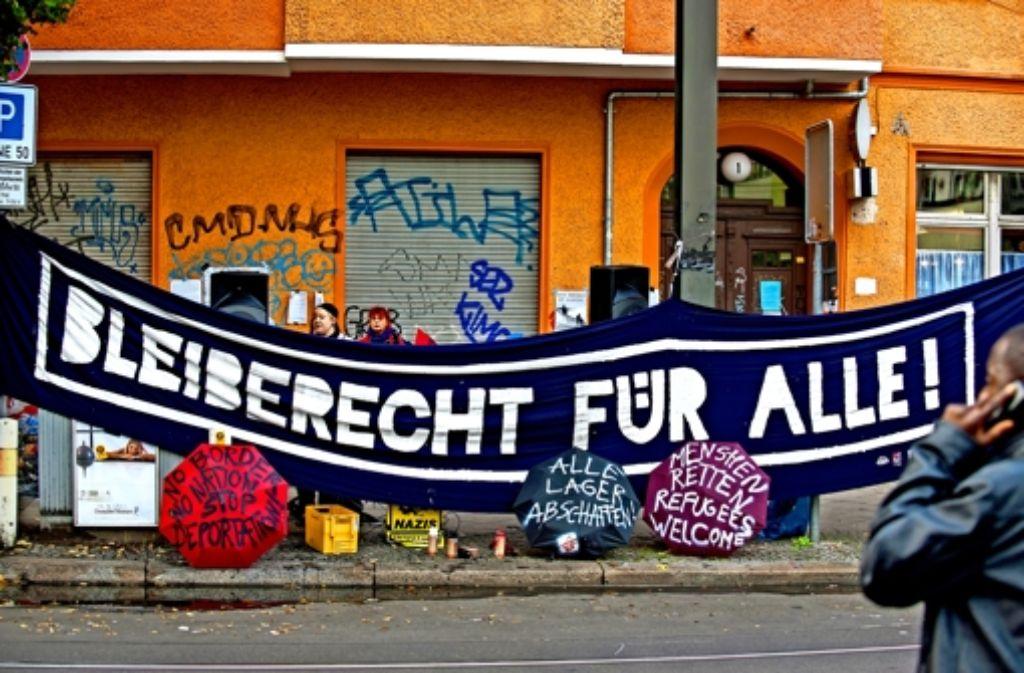 In Berlin protestierten jüngst an die 800 Bürger gegen die ihrer Ansicht nach verfehlte Asylpolitik des Senats. Dabei hängten sie ein  Transparent auf, womit sie ein Bleiberecht nicht nur  für die Flüchtlinge fordern, die seit etlichen Tagen ein ehemaliges Hostel besetzt halten. Foto:dpa Foto:
