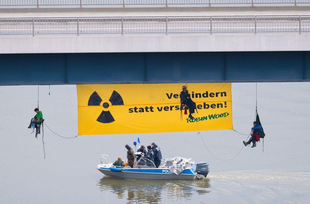 Atomkraftgegner der Umweltschutzorganisation Robin Wood hängen in Bad Wimpfen an einer Brücke über dem Neckar. Foto: dpa