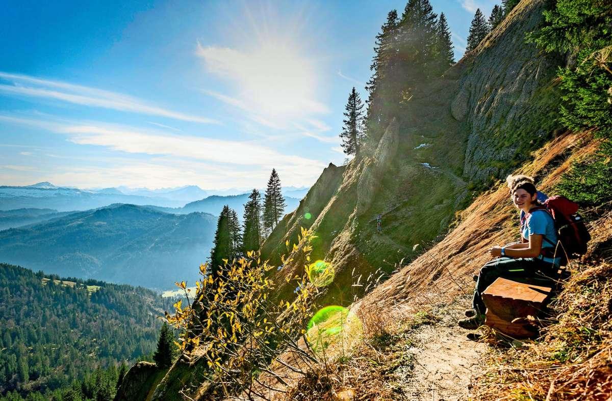 Auch im Herbst noch sind vielerorts Wanderer unterwegs – wie hier in den Allgäuer Alpen. Foto: imago/B/runo Kickner