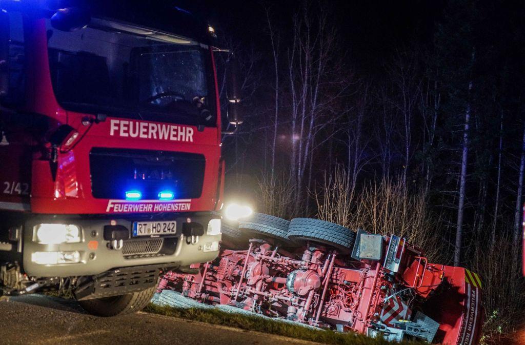 Der 48 Tonnen schwere Kranlastwagen stürzte neben der B312 bei Pfronstetten um. Foto: SDMG/ Kohls
