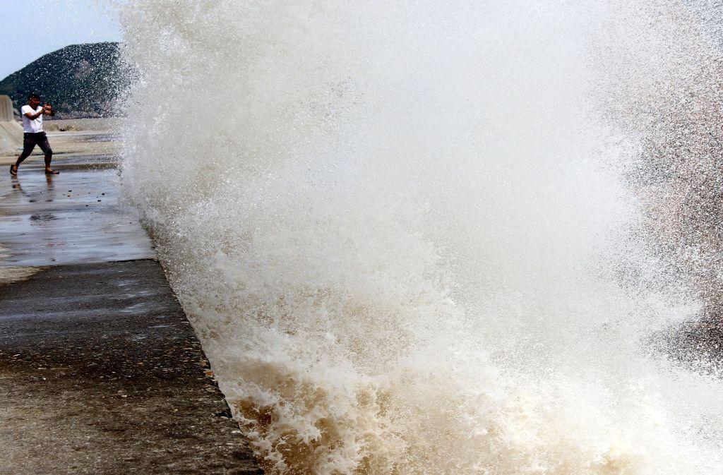 Am Mittwoch brach eine riesige Welle an der Küste von Wenling in der Provinz Zhejiang (China). Foto: dpa