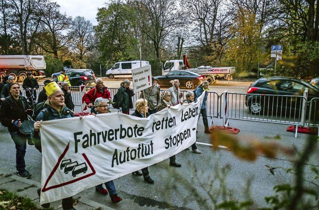 """Diese Demonstranten spitzen ihre Forderung bewusst zu: """"Fahrverbote retten Leben – Autoflut stoppen"""" steht auf dem Banner (Archivbild). Foto: Lichtgut/Max Kovalenko"""