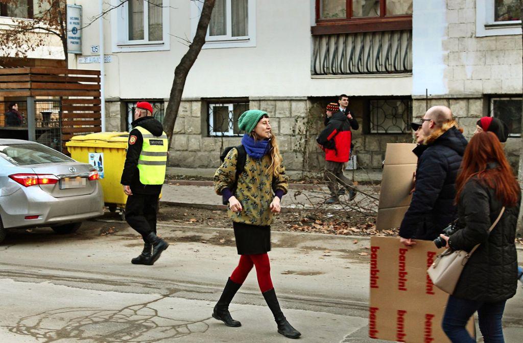Ana-Maria Popa macht sich mit Trillerpfeife auf dem Weg zu einer Demonstration. Foto: Prugger