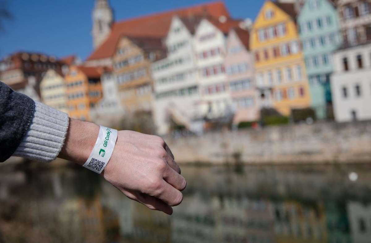Ein digitales Tagesticket erhalten in Tübingen all jene, deren Coronatest negativ ausfiel. Foto: dpa/Christoph Schmidt