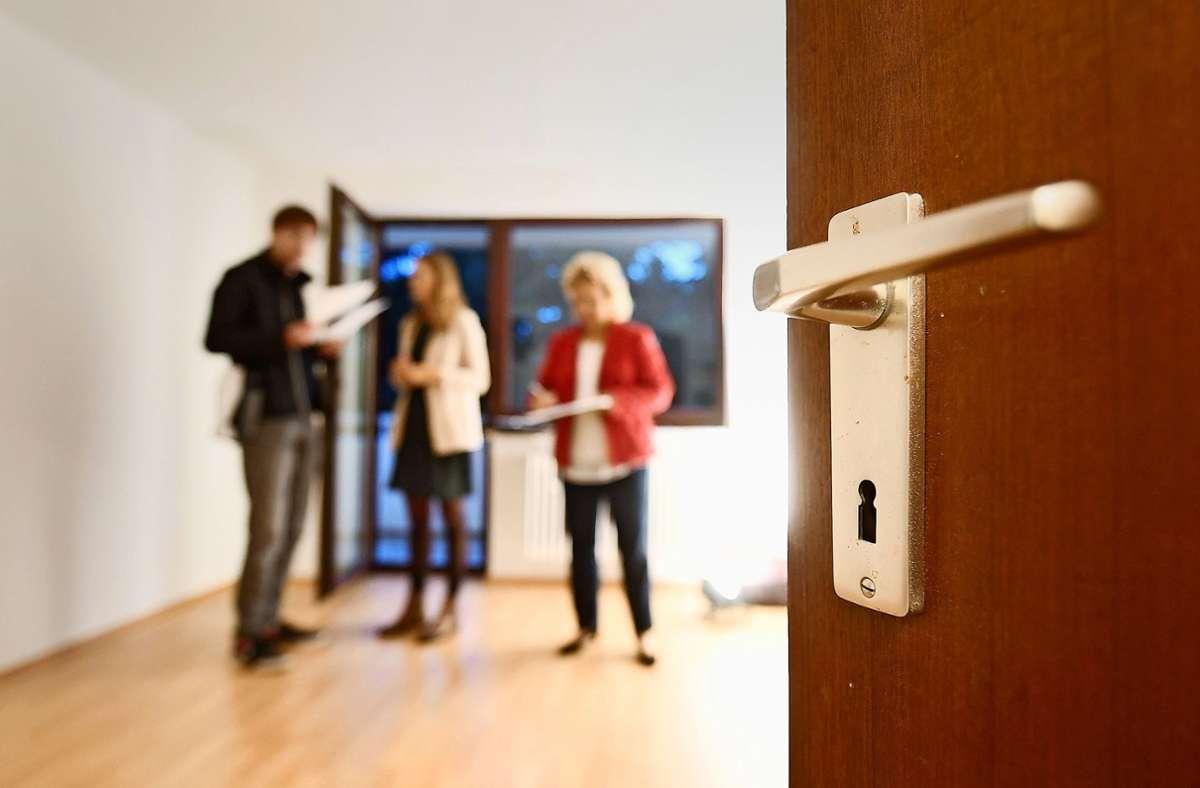 Makler helfen beim Kauf oder Verkauf einer Immobilie. Dafür fallen Gebühren an: Die Maklerprovision. Foto: dpa/Tobias Hase