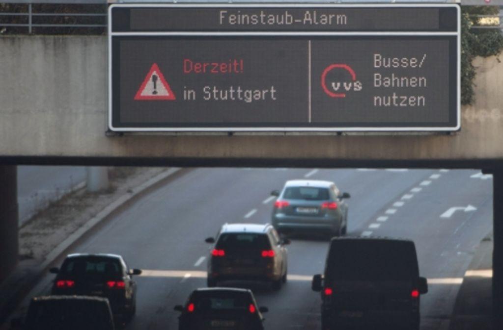 Seit Mittwochnacht sind Autofahrer in Baden-Württembergs Landeshauptstadt erneut aufgerufen, freiwillig auf Busse oder Bahnen umzusteigen. Foto: dpa