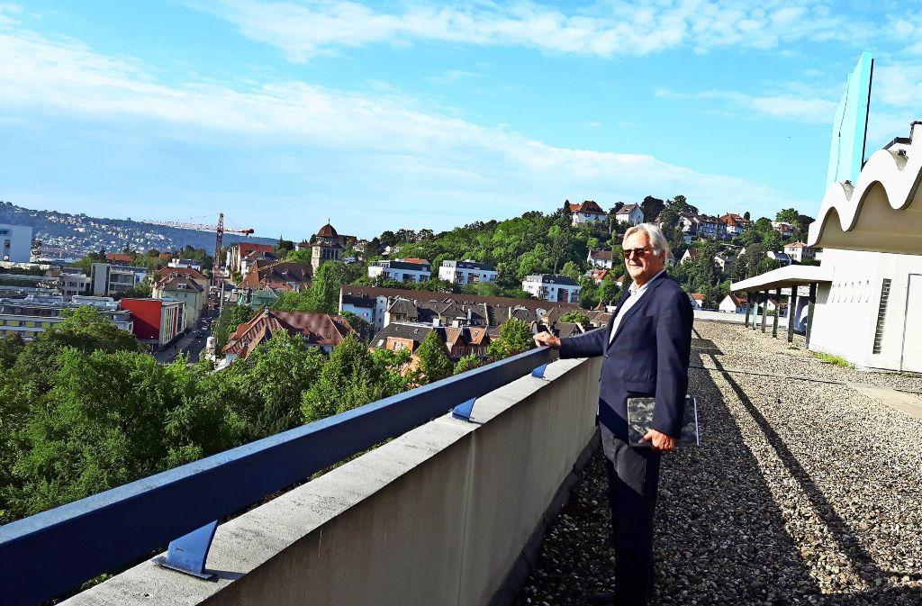 Gewelltes Dach und die Aussicht  sind eine Besonderheit des Bettenhauses. Der stellvertretende Bezirksvorsteher Sebastian Sage Foto: Eva Funke