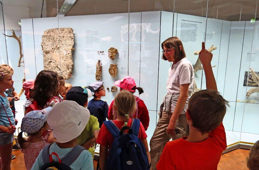 Cornelia Krause spricht mit den jungen Besuchern über die  Pflanzen der Steinzeit. Foto: Caroline Friedmann