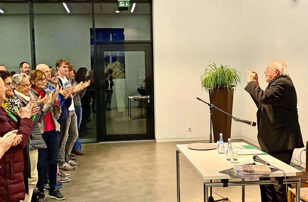 Beifall im Stehen für den 94-jährigen Zeitzeugen Gerhard Maschkowski. Der ist davon so ergriffen, dass er die Szene im Bild festhält. Foto: Jan Sellner
