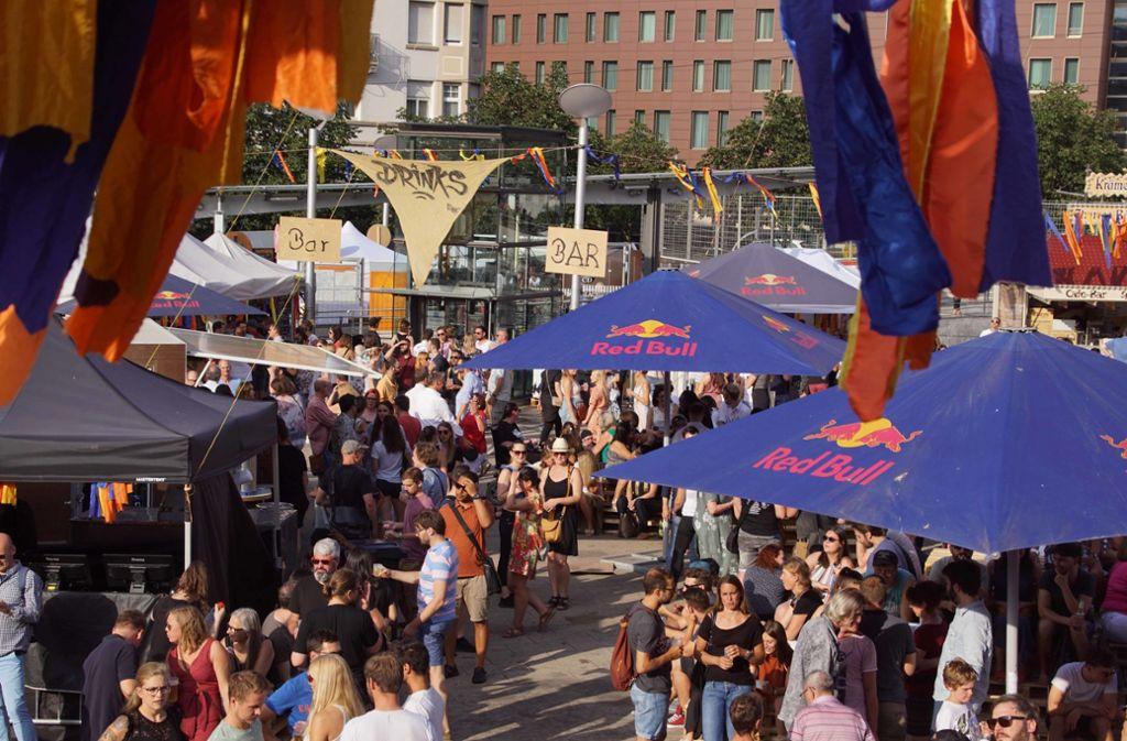 Das Marienplatzfest in Stuttgart – viele haben sich bei den Getränken für die günstigere Variante aus dem Supermarkt entschieden, statt an der Bar des veranstaltenden Vereins zu bestellen. Absolut in Ordnung oder ein absolutes No-Go? Foto: Andreas Rosar/