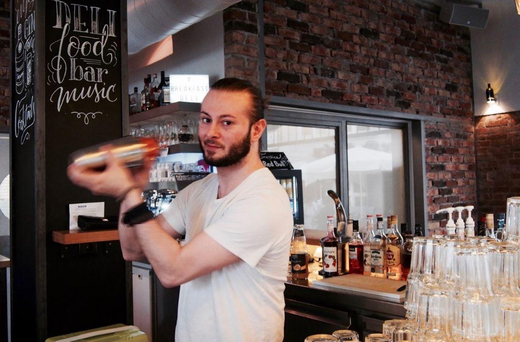Der Barmann für alle Fälle beziehungsweise Locations: Ilija Tuntevski hier im Café Deli. Foto: Tanja Simoncev
