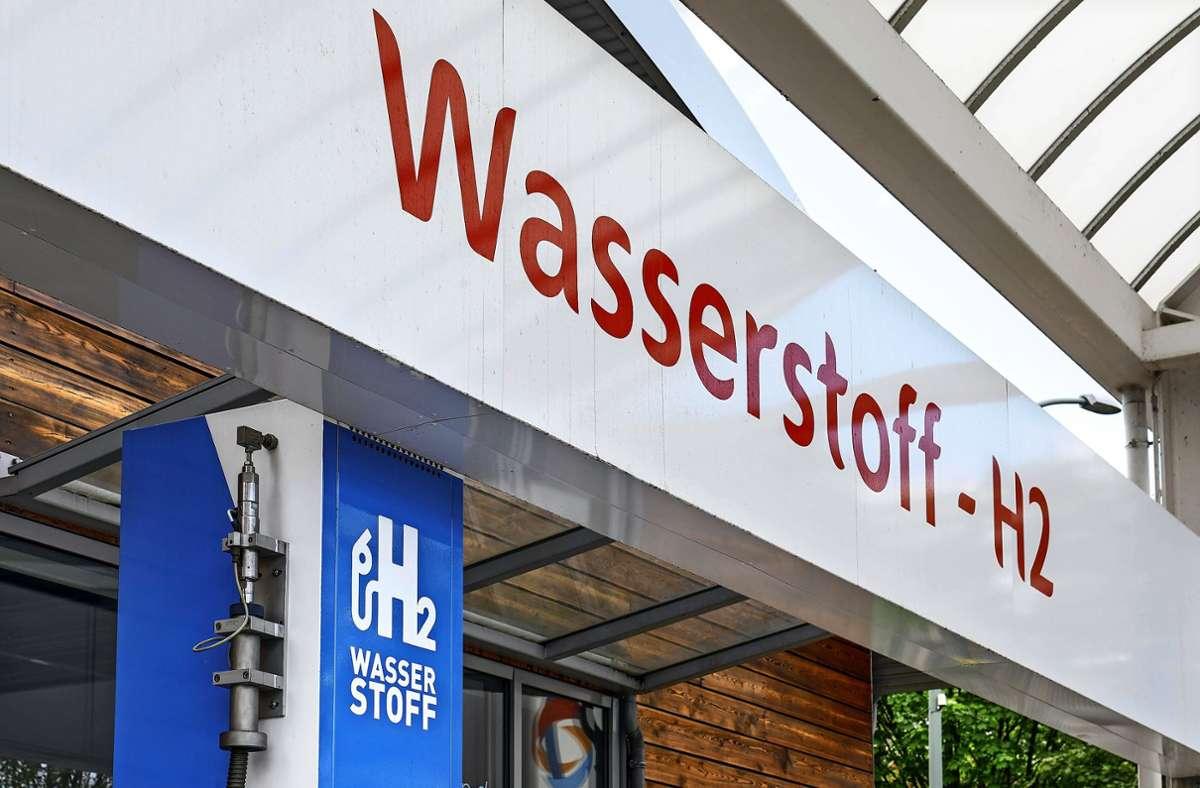 Die Stadt Göppingen will an einem Wasserstoff-Modellprojekt teilnehmen. Das wirft viele Fragen auf – etwa: Wo entstehen Tankstellen? Das Foto zeigt eine Wasserstoff-Tankstelle in Berlin, eine solche hatte die CDU-Fraktion bereits angeregt. Foto: /Jochen Eckel/www.imago-images.de