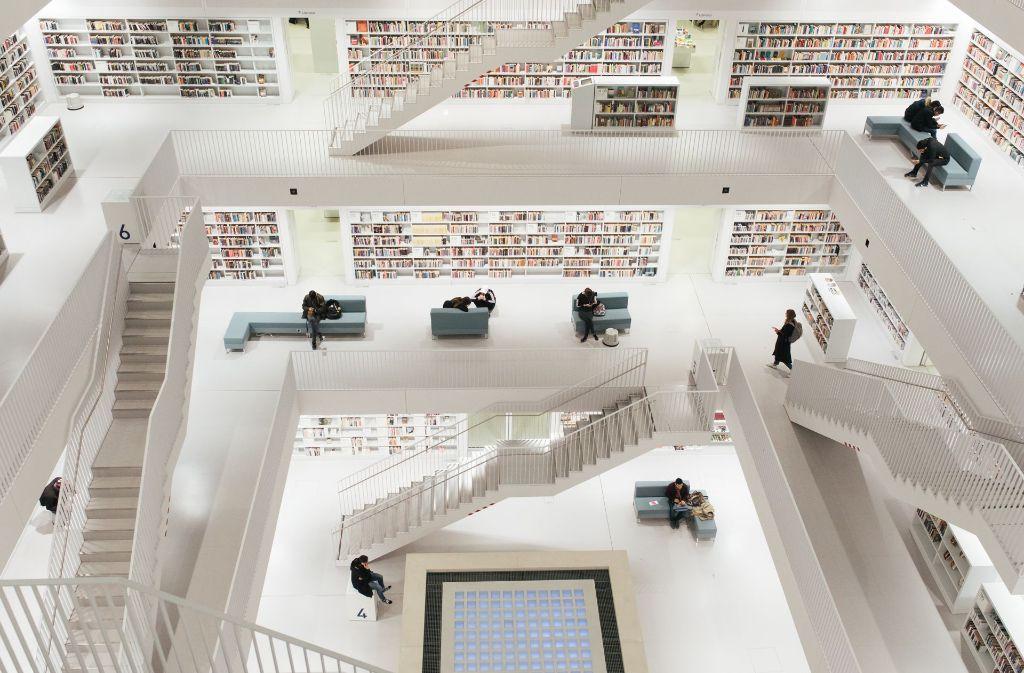 Ein Ort der Leselust: die Stadtbibliothek am Mailänder Platz. Hier ist auch der Verein Leseohren aktiv. Foto: Lichtgut/Verena Ecker