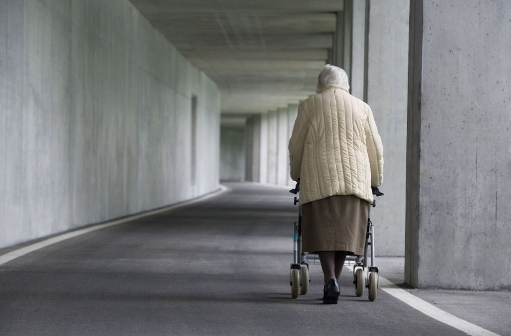 Viele Senioren müssen von ihrer schmalen Rente auch noch Krankenkosten bezahlen. Foto: mauritius Images