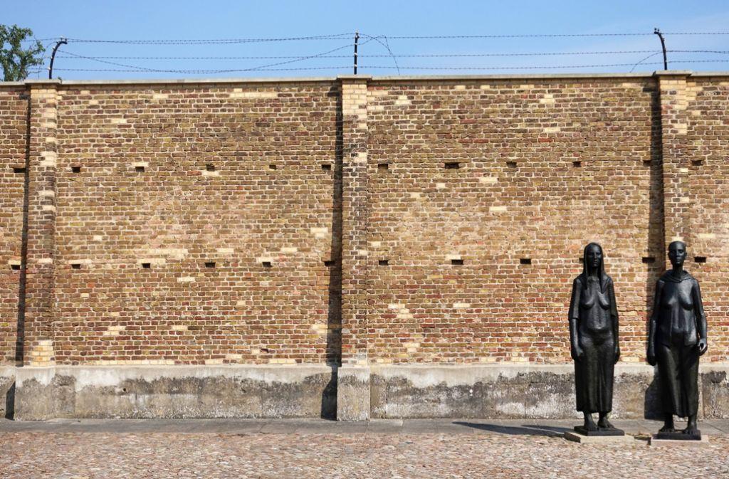 Hinter dieser Mauer sind Menschen gequält und getötet worden. Foto: dpa