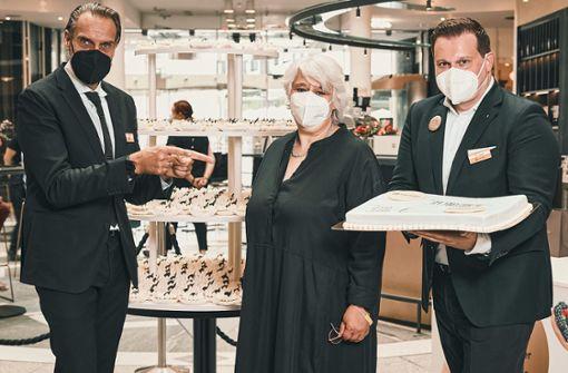 Modehaus spendet Geld und Torte für den guten Zweck