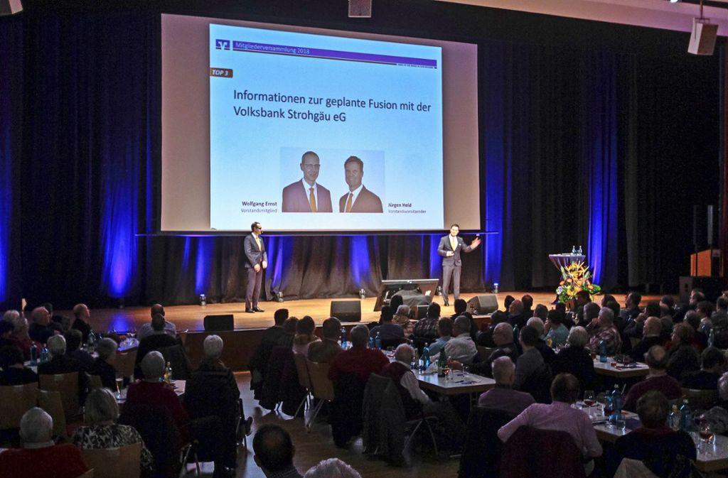 Der Vorstand der Volksbank Region Leonberg informiert die Mitglieder. Foto: factum/Bach