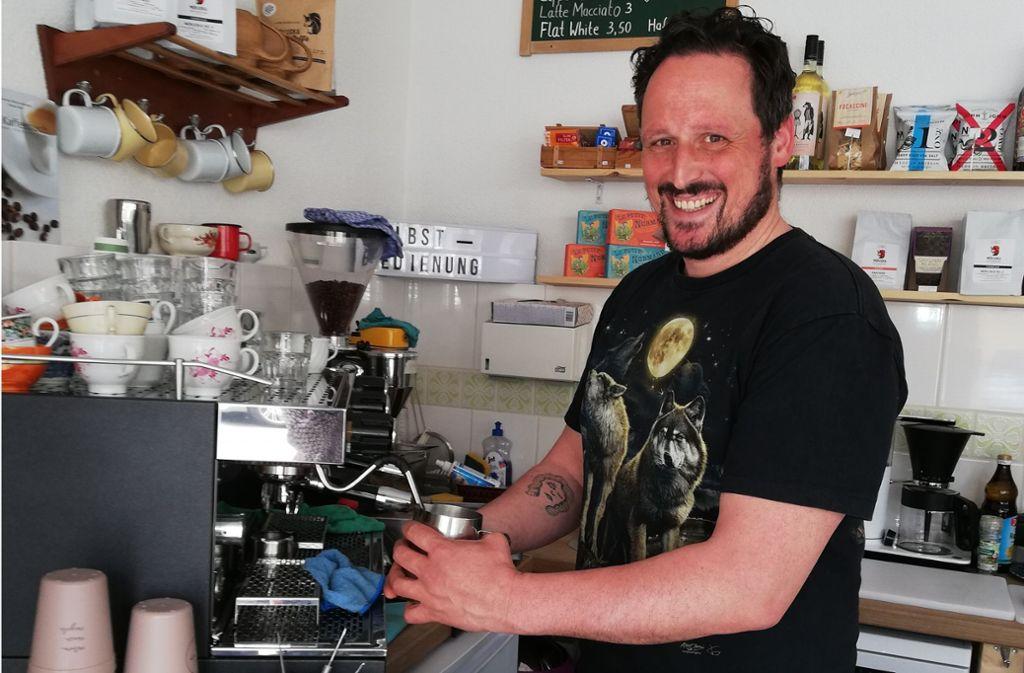 Terry Zeimpekoglou gibt  Getränke   auch im  Recup-Becher aus. Foto: Kanter, Natalie