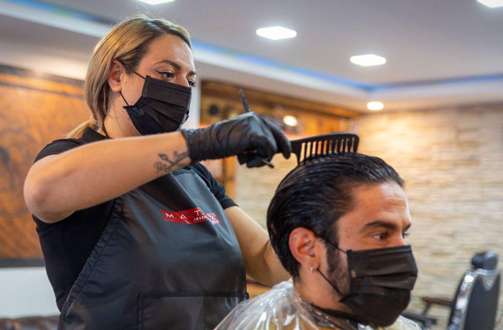 Luana Pellegrino schneidet symbolisch ihrem Partner Serkan Gökmen die Haare. In Nürtingen betreiben sie den Friseursalon L&S Hairdesign. Foto: 7aktuell.de/Daniel Jüptner