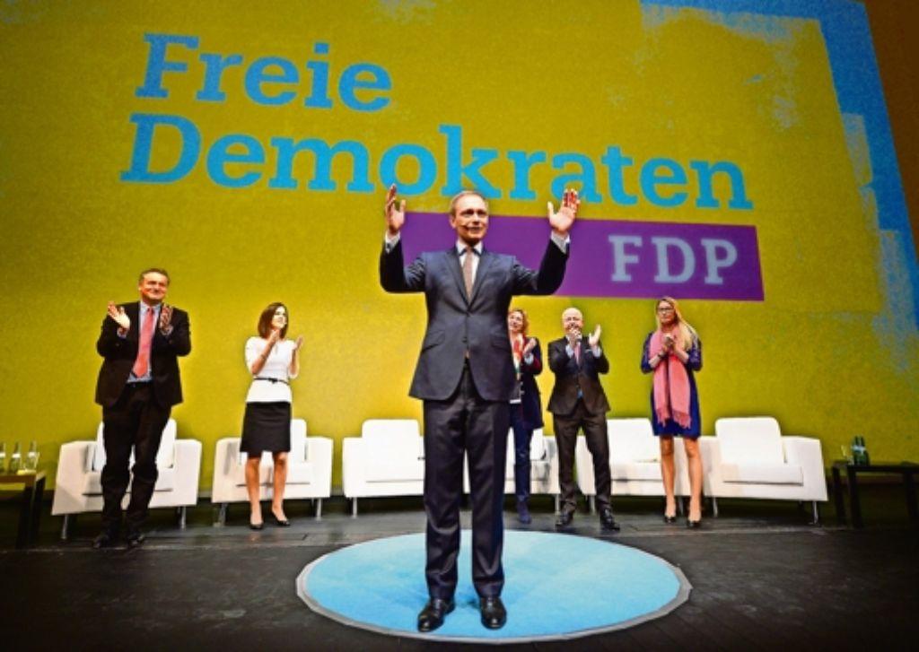 Christian Lindner präsentiert sich mit Parteiprominenz vor  dem neuen Logo der FDP in der Staatsoper. Foto: dpa
