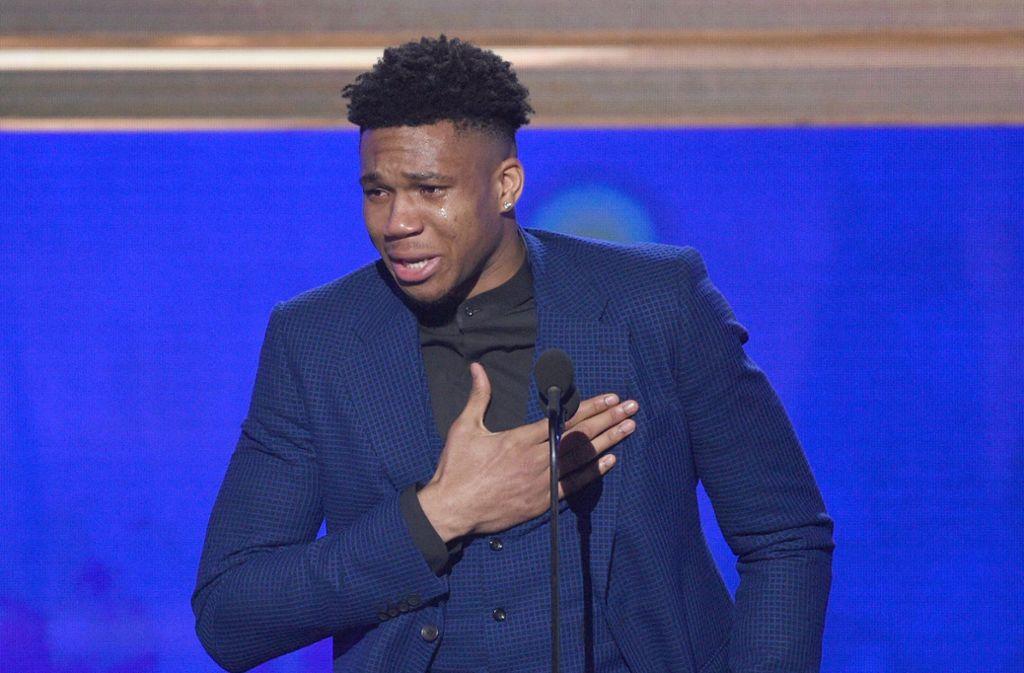 Giannis Antetokounmpo kämpfte bei den NBA-Awards mit den Tränen. Foto: dpa