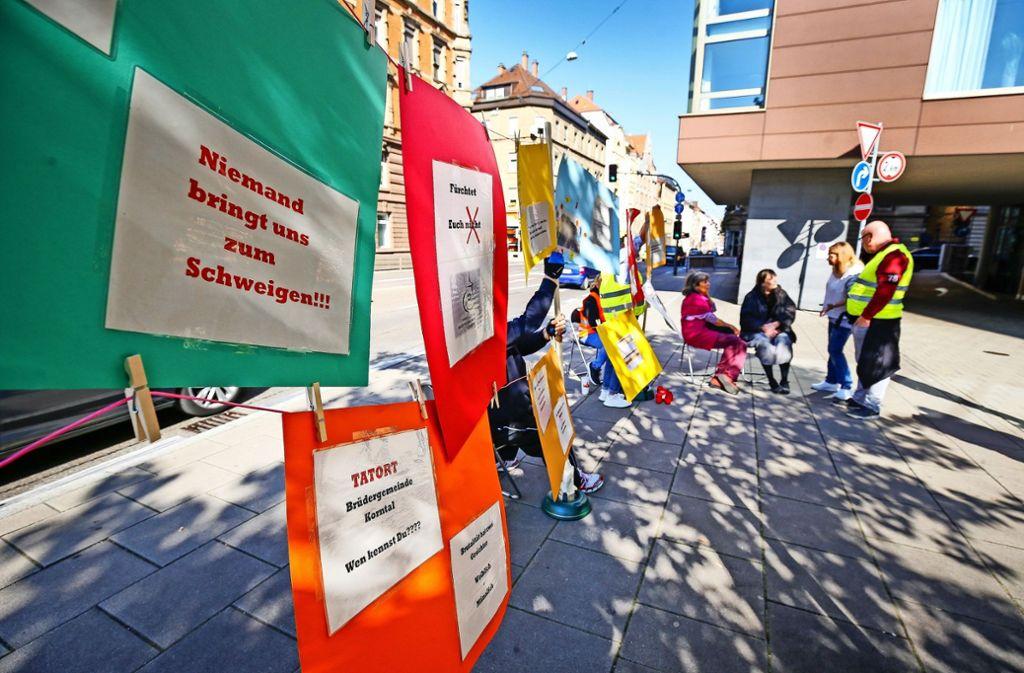 Mit einer kleinen Demonstration vor dem Veranstaltungsort haben ehemalige Heimkinder auf ihre Anliegen aufmerksam gemacht. Foto: factum/Granville