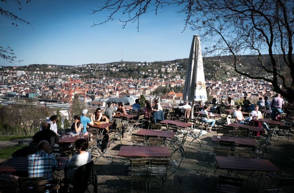 Im Biergarten auf der Karlshöhe liegt den Besuchern Stuttgart zu Füßen. Im und außerhalb des Kessels gibt es noch weitere Außenbewirtschaftungen, die zum gemütlichen Essen und Trinken unter freiem Himmel einladen. Foto: Lichtgut/Achim Zweygarth