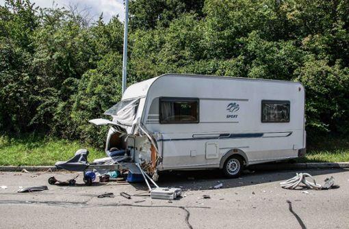 Jeep-Fahrerin kracht in Wohnwagen – Sportwagenfahrer flüchtet