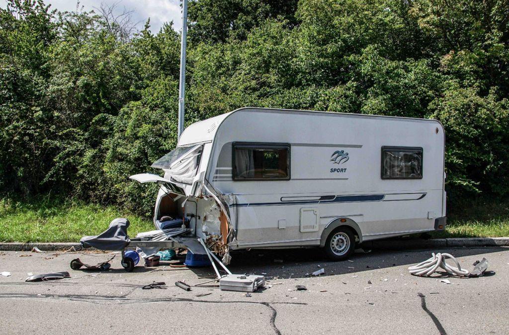 Eine Jeep-Fahrerin ist bei einem Unfall in einen Wohnwagen gefahren. Dieser fiel daraufhin um, die 18-Jährige verletzte sich schwer. Foto: SDMG