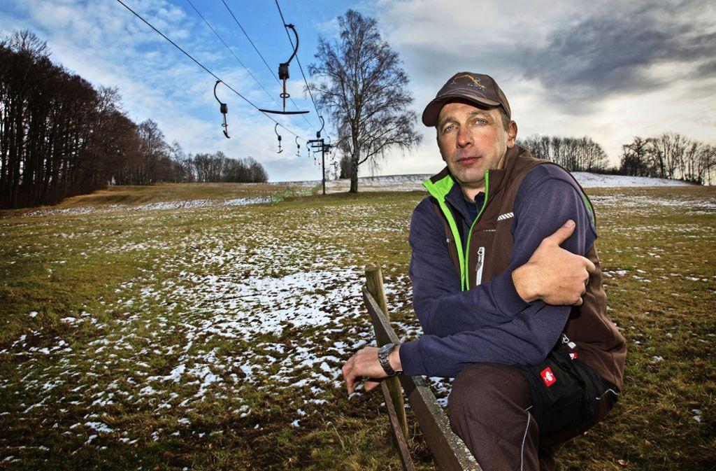Grüne Hänge und Plusgrade – diese Wintersaison ist für den Liftbetreiber  Michael Mall in Bissingen-Ochsenwang schon so gut wie gelaufen. Foto: Ines Rudel