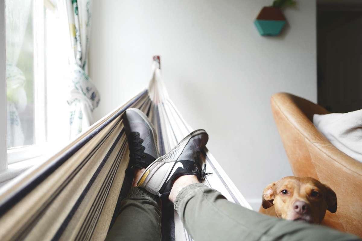 Das Leben spielt sich wieder draußen ab. Aber was, wenn man einfach nur daheim bleiben will? Wir verraten euch zehn gute Ausreden.  Foto: Unsplash/Drew Coffman