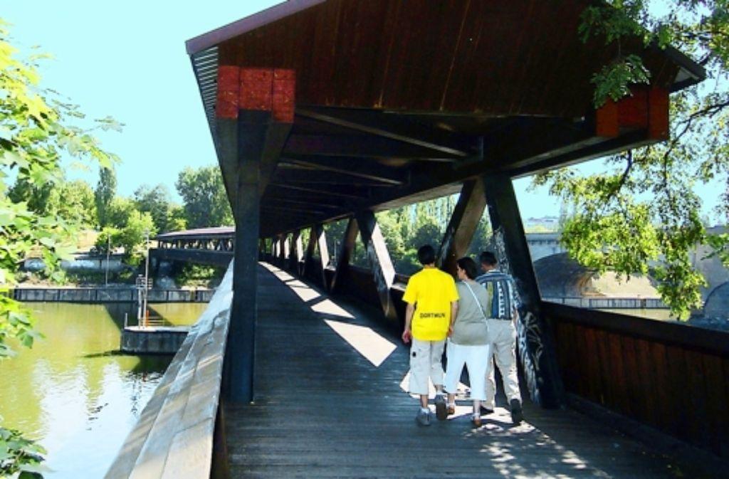 Der Neckarsteg muss saniert und dafür längere Zeit  gesperrt werden Foto: Achim Zweygarth