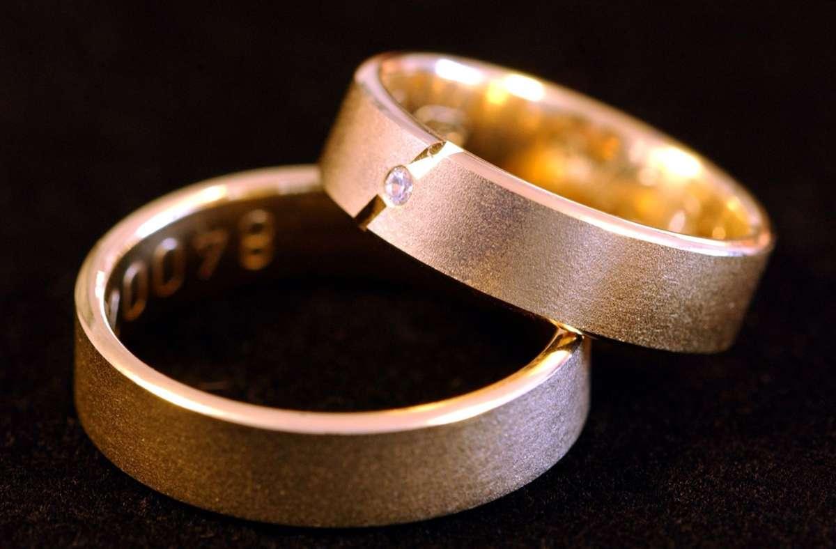 Kein Trend: der Bund der Ehe (Symbolbild) Foto: dpa/Patrick Pleul