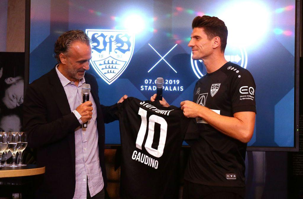 Mario Gomez (re.) überreicht Ex-VfB-Profi Maurizio Gaudino das neue Trikot mit der Nummer 10. Foto: Baumann