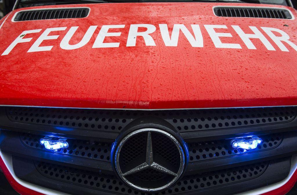 Die Feuerwehr rückte in Pfullingen aus, um einen Kleinwagen zu löschen. Foto: dpa/Paul Zinken