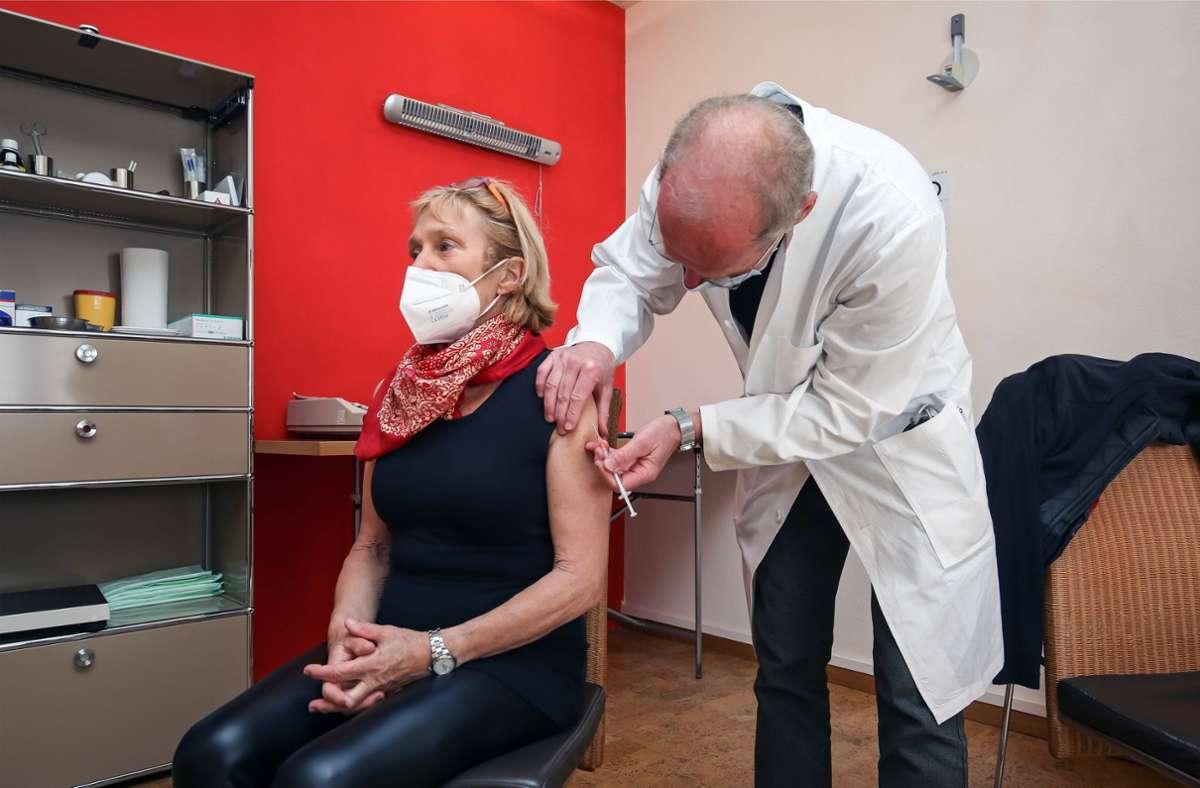 Der erste Piks beim Hausarzt, das ist diese Woche ein rares Gut im Land. Foto: imago images/Wilhelm Mierendorf
