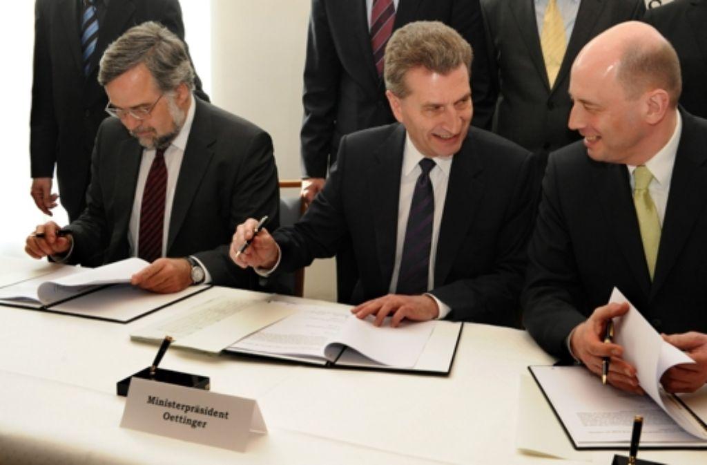 Kritiker von Stuttgart 21 gehen gerichtlich gegen den Finanzierungsvertrag vor, den der damalige Ministerpräsident Günther Oettinger (Mitte), Bundesverkehrsminister Wolfgang Tiefensee (rechts)  und DB-Vorstandsmitglied Stefan Garber im April 2009 unterzeichnet haben. Foto: dpa